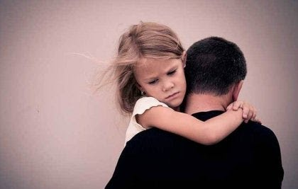 Niña-abrazada-a-su-padre